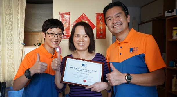 Co-Owners Cindy and NiQ represent HKBN to visit our 700,000th subscriber Ms Wong at her home in Aberdeen